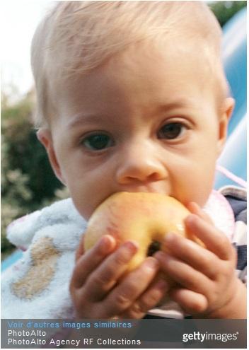 Bébé qui mange une pomme