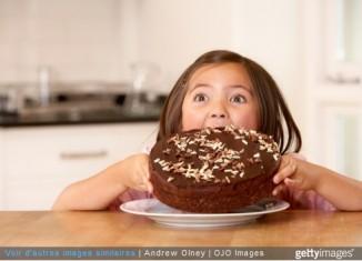 enfant mange gateau chocolat