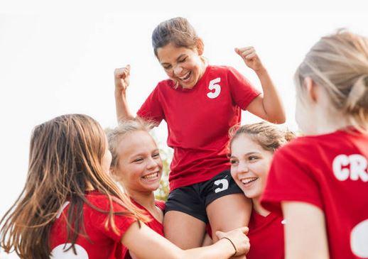 foot-enfant-sport-fillette-maillot-rouge-sourire-joie
