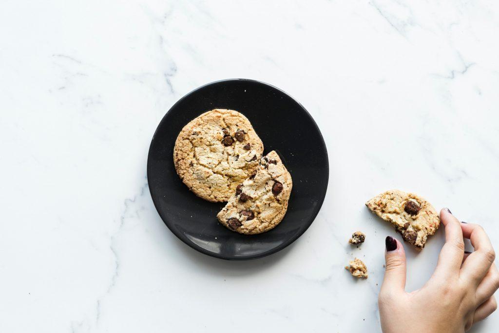 Assiette avec cookies sur table en marbre