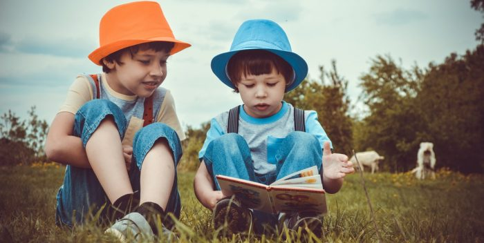 Deux garçons qui lisent