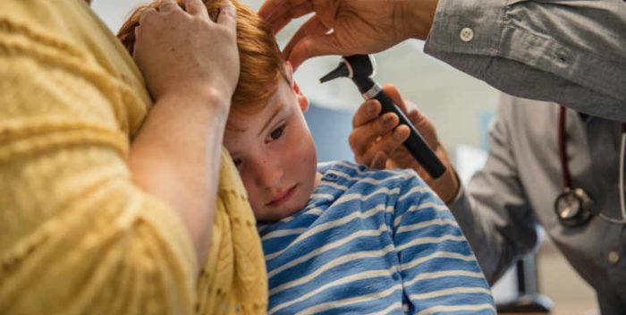 Petit garçon souffrant d'une otite chez le médecin