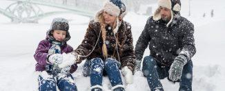 Petite famille en vacances d'hiver à la montagne dans la neige