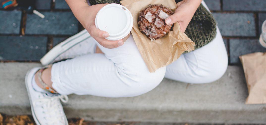 Un gouter avec un cookie et un café